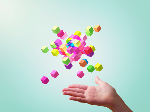 cubes colorés formant des formes géométriques